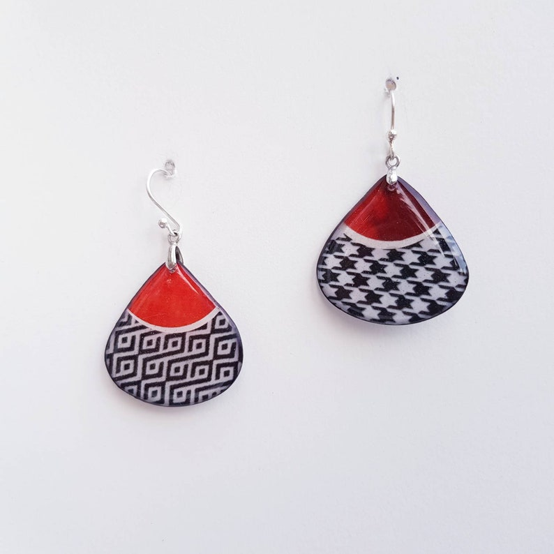 red hen/'s foot Pending creative earrings in resin drop light and reversible orange silver mounted or clips.