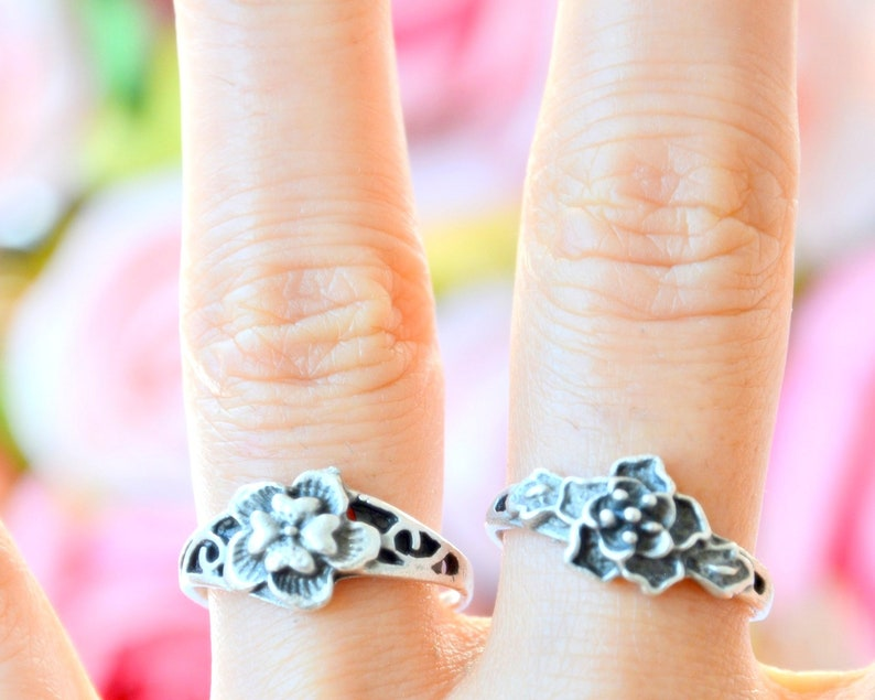 Romantic silver Ring Small flower boho ring Petite thin rose ring Rose engraved Ring,3D engraved bud rose bouquet ring daisy wrap ring