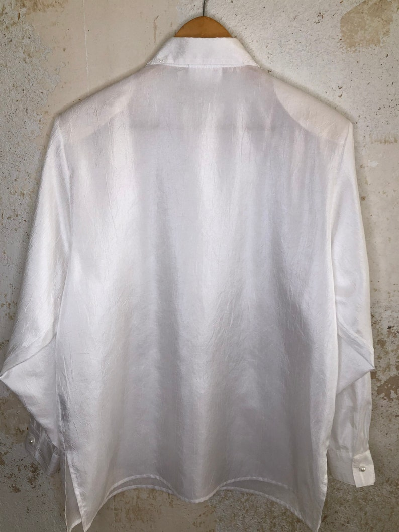 Beautiful vintage blouse long sleeved in white elegant glossy fabric 70s 80s
