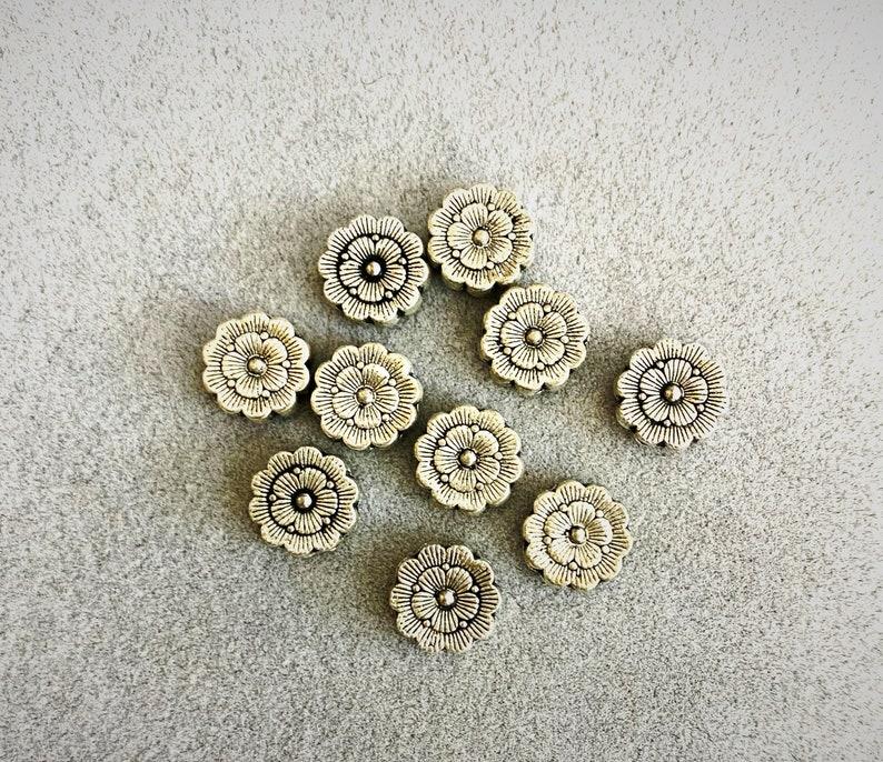 Lot of 10 pearls flowers in silver metal